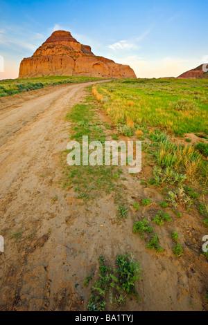Route menant au château Butte pendant le coucher du soleil dans les Big Muddy Badlands le sud de la Saskatchewan, Banque D'Images