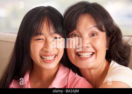 Femme avec sa fille adolescente Banque D'Images