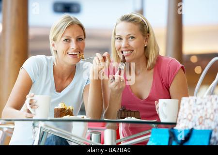 Amis de sexe féminin ayant déjeuner ensemble au centre commercial Banque D'Images