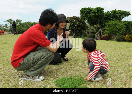 Asian young couple de son fils dans le jardin Banque D'Images