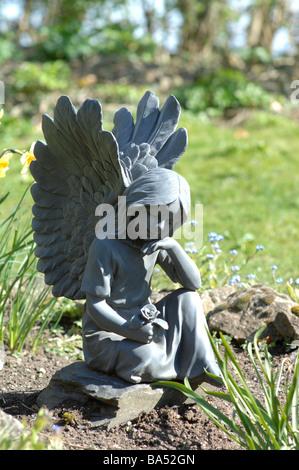 Ange avec Forget-Me-Not in cimetière Banque D'Images