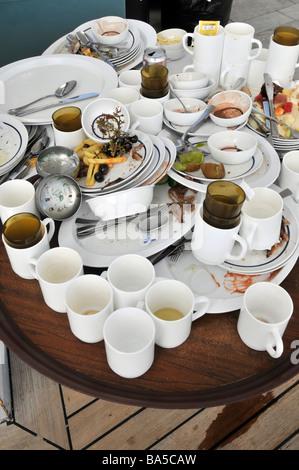 Bateau de croisière à bord de la vaisselle sale et de l'alimentation de l'air extérieur buffet tables en attente Banque D'Images
