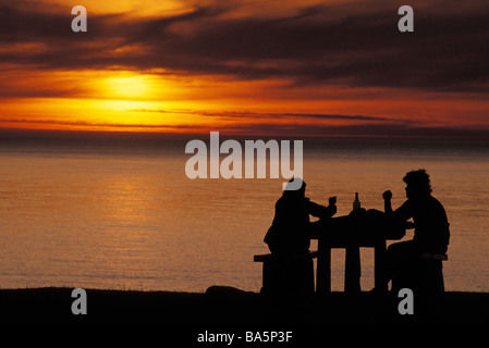 Couple enjoying wine and ocean sunset, parc d'état d'Ecola, Oregon Banque D'Images