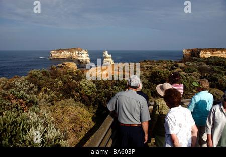 Les touristes donnant sur la baie des Îles Port Campbell National Park Victoria Australie Banque D'Images