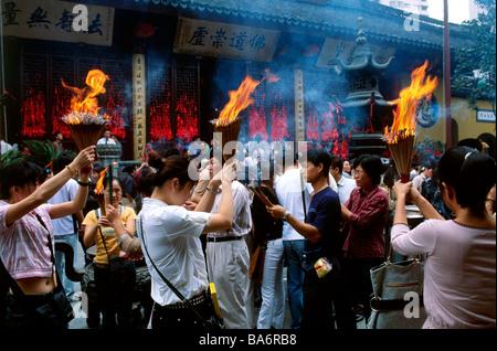 La Chine, Shanghai, temple du Bouddha de Jade, Yufo Si, fidèles bouddhistes priant Banque D'Images