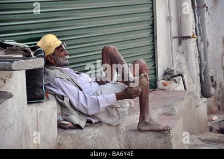 Vieil homme se reposant dans Udaipur Banque D'Images