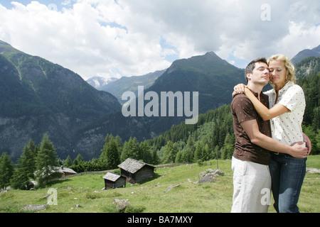 Couple sur l'Alp, Heiligenblut, le Parc National du Hohe Tauern, Carinthie, Autriche Banque D'Images