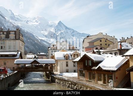 Le centre de Chamonix avec l'Arve et le massif du Mont Blanc, Chamonix, France