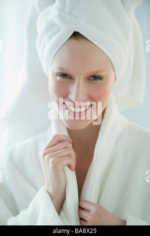 Femme en peignoir et serviette Banque D'Images
