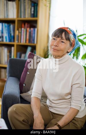 Une femme lisant dans une salle de séjour, la Suède. Banque D'Images