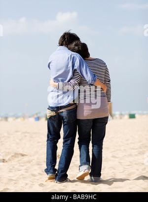 Un couple sur une plage au Portugal. Banque D'Images