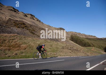 Cycliste sur le col de montagne Bwlch reliant les Alpes et la vallée de Glamorgan au Pays de Galles Ogmore Nant Banque D'Images