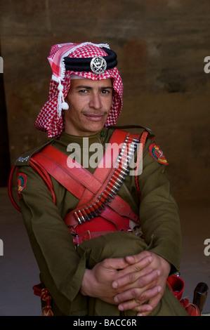 Officier des forces bédouines jordaniennes portant une hemagh keffiyeh à carreaux rouges et blancs et une ceinture Banque D'Images