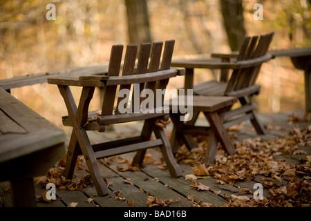 Deux chaises à l'extérieur sur une terrasse Banque D'Images