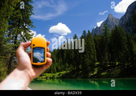 Hand Holding GPS, Lago di Braies, Tyrol du Sud, Italie