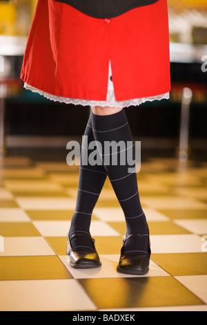 Close-up de jambes de serveuse et de la jupe dans un style rétro Diner Banque D'Images