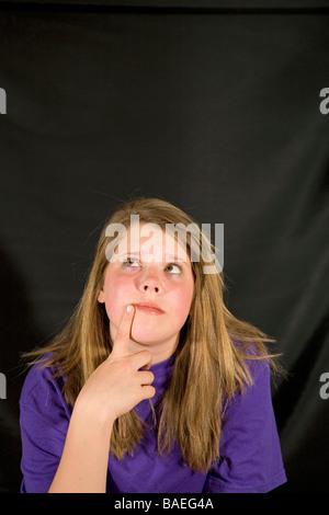 Une adolescente daydream rêvasser un penny pour vos pensées pensée provoquant idée bonne idée de vous faire une Banque D'Images