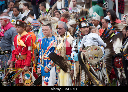 Les membres de la tribu indienne Saponi Haliwa en Caroline du Nord portant des costumes colorés au cours de leur Banque D'Images