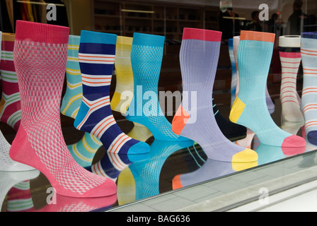 Mode de mens chaussettes dans la fenêtre de magasin Central London Angleterre HOMER SYKES Banque D'Images