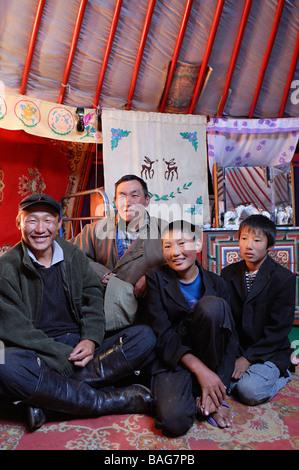 La Mongolie, province Arkhangai, famille de nomades sous la yourte Banque D'Images