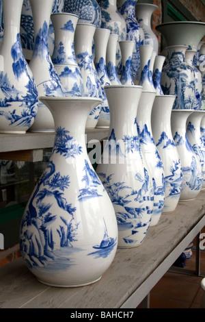 Vases en céramique peint à la Thai Son usine de poterie près de Ha Long Vietnam Banque D'Images