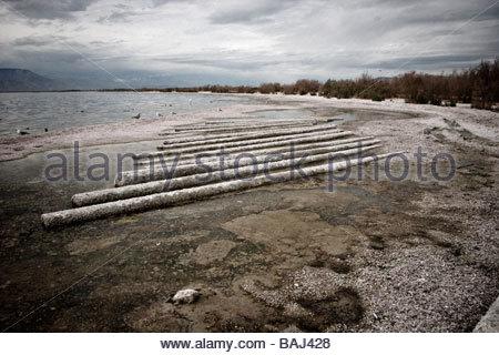 La dégradation du milieu urbain et la pollution de l'eau le long des rives de la mer de Salton Californie Côte-Nord Banque D'Images