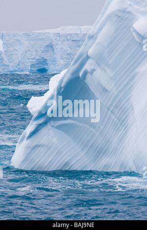 Les modes doux sur la surface de la fonte des icebergs tabulaires bleu océan du Sud Antarctique Banque D'Images