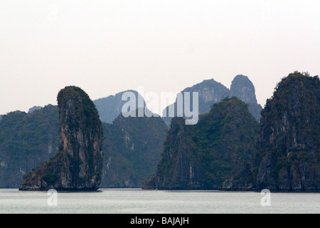 Matin brumeux vues de la Baie d'Ha Long Vietnam Banque D'Images