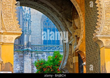 Regardant à travers la Puerta del Perdon (Porte du Pardon), la Cathédrale de Séville et La Giralda (clocher/minaret). Banque D'Images