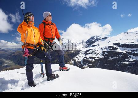 Deux alpinistes sur pic enneigé Banque D'Images
