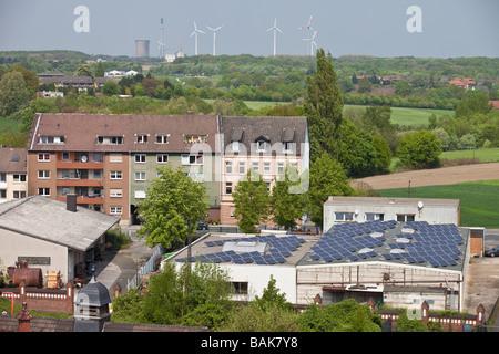 Paysage avec des éoliennes et des batteries solaires sur les toits de Dortmund, Allemagne. Banque D'Images