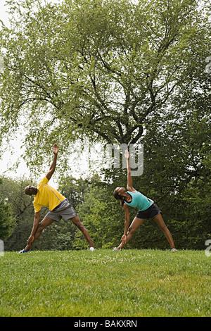 Les personnes faisant du yoga in park Banque D'Images