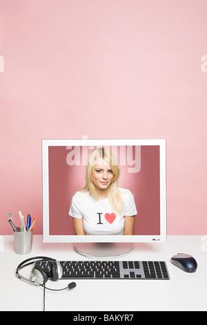 Une jeune femme sur un ordinateur Banque D'Images