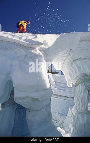 Passage sur le pont de neige grimpeur glacier coleman Banque D'Images