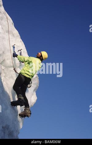 Grimpeur sur glace sur sérac au glacier d'Easton Banque D'Images