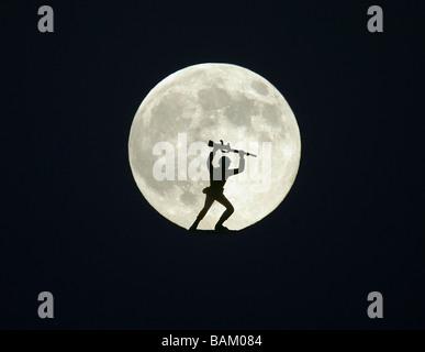 Toy Soldier contre la pleine lune Banque D'Images