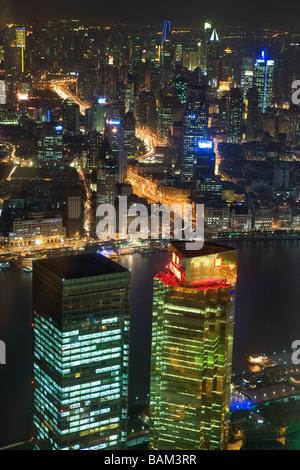 Shanghai et la rivière Huangpu dans la nuit Banque D'Images
