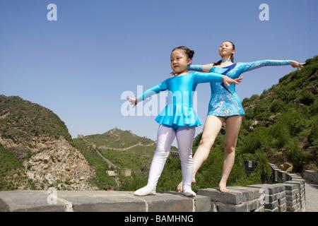 Les gymnastes pratiquant sur la Grande Muraille de Chine Banque D'Images