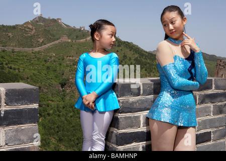 Les gymnastes, debout sur la Grande Muraille de Chine à l'un l'autre Banque D'Images