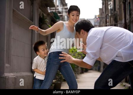 Un enfant une famille joue ensemble Banque D'Images