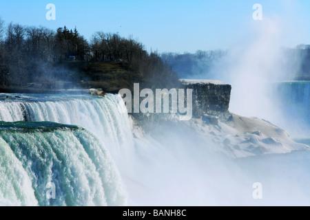 Niagara Falls à verser de l'eau et de l'augmentation de la brume vu du Niagara Falls State Park aux Etats-Unis Banque D'Images