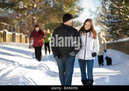Couple en train de marcher sur les chemins d'hiver Banque D'Images