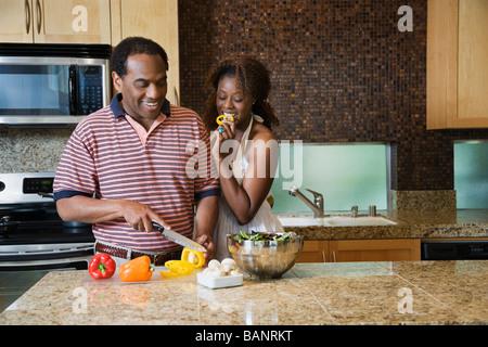 African couple fixant repas sain dans une cuisine moderne Banque D'Images