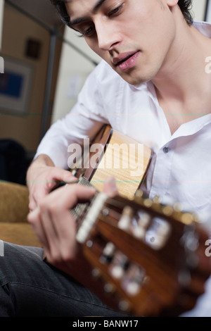 Mixed Race man playing guitar Banque D'Images