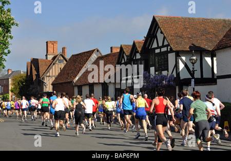 Les coureurs de marathon 2009 Shakespeare et le Demi-marathon, UK Banque D'Images