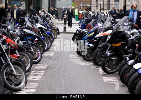 Rangées de motos garées dans la ville de Londres. Banque D'Images