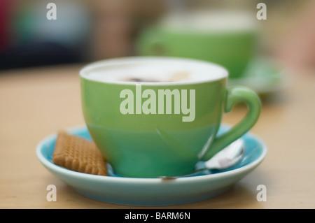 Cappuccino sur une table Banque D'Images