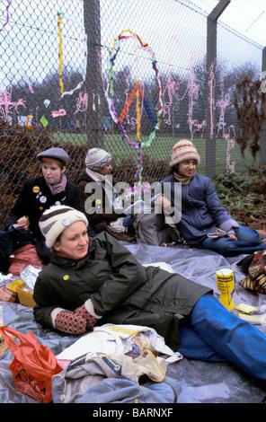 Greenham Berkshire UK Décembre 1982 manifestants à l'Greenham Common Women s Camp de Paix Banque D'Images