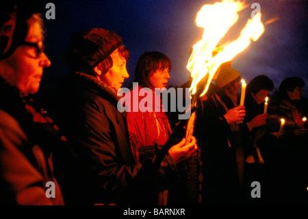 Greenham Berkshire UK 13 décembre 1982 manifestants à l'Greenham Common Women's Peace Camp organiser une veillée Banque D'Images