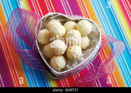 Boîte de bonbons en forme de cœur avec des pralines, elevated view Banque D'Images